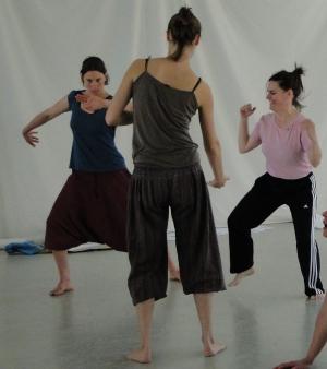 Gruppe tanzt